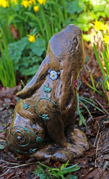 daisy-hare-sculpture-side-vioew